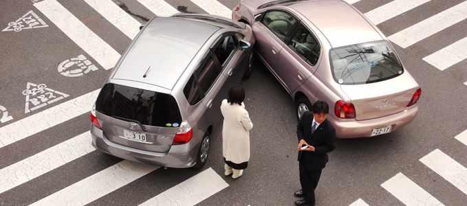 Два столкнувшихся автомобиля