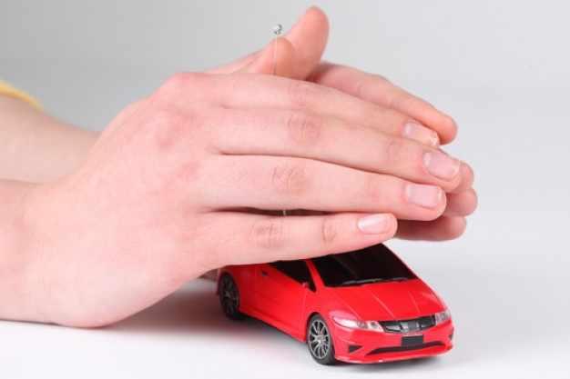 Руки укрывают машину