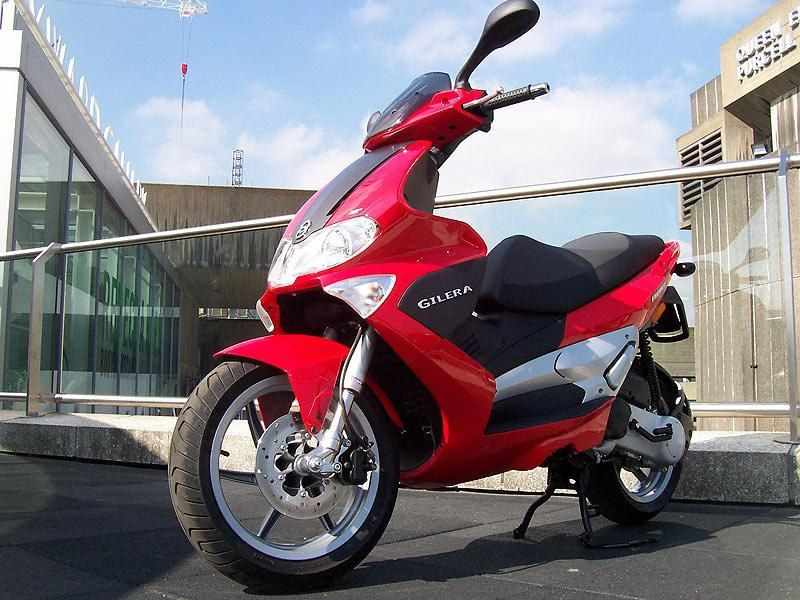 Красный скутер