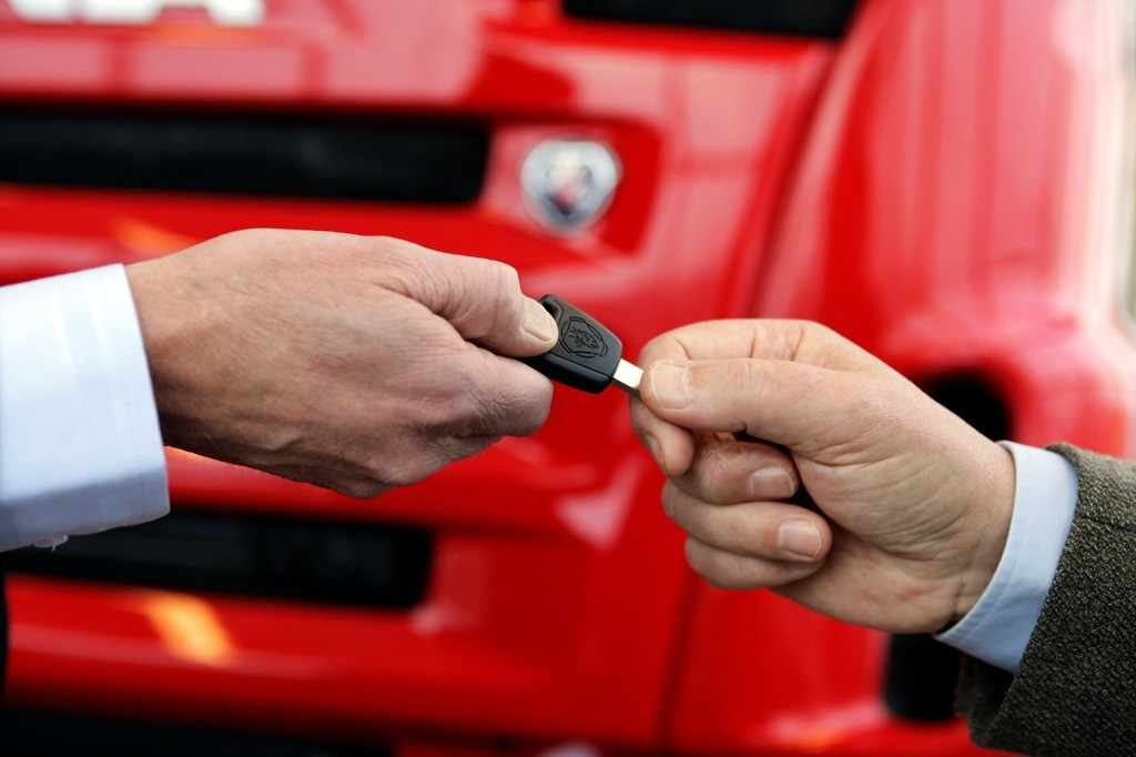Владелец авто передает свои ключи другому человеку