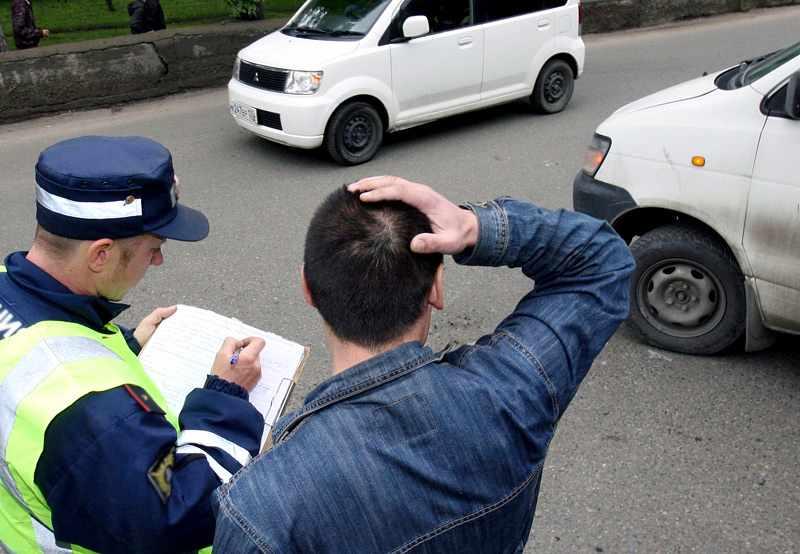 Мужчина с полицейским на месте аварии