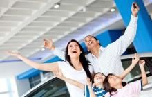 Семья в автосалоне