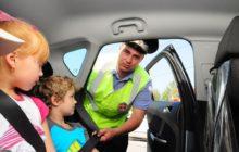 два ребенка на заднем сидении машины инспектор