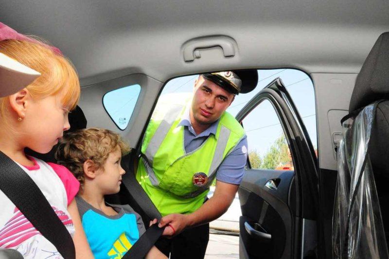 Дети на заднем сидении автомобиля